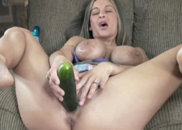 Leeanna fucks her pussy with veggies